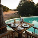 Diner bij het zwembad - Jongomero Camp - AndBeyond